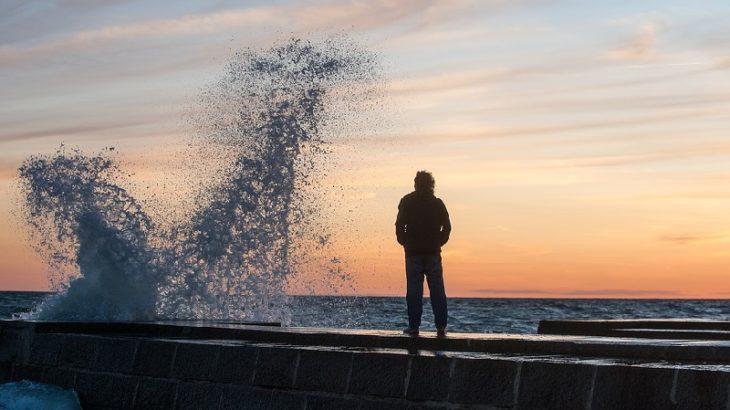Mann vor Welle